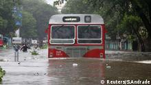 optimiert für mobile Angebote passenger bus moves through a water-logged road during rains in Mumbai, India, August 29, 2017. REUTERS/Shailesh Andrade