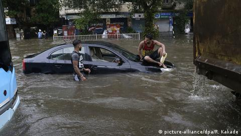 Heftiger Regen in Mumbai (picture-alliance/dpa/R. Kakade)