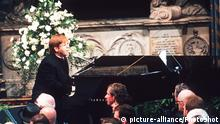***Archivbild** FUNERAL OF DIANA, PRINCESS OF WALES ELTON JOHN British Pop Singer Singing a specially re-written version of his hit song Candle in the Wind, during the funeral service for Diana, Princess of Wales at Westminster Abbey. Universal Pictorial Press Photo UA 013695/H-17a 06.09.1997  