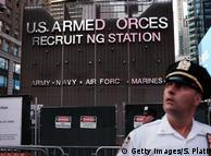 Во время акции протеста против решения Трампа запретить трансгендерам служить в армии, 26 июля 2017 г., Нью-Йорк
