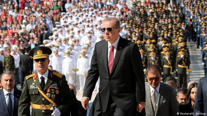 Türkei   Erdogan am Atatürk-Mausoleum anlässlich der Feierlichkeiten zum 95. Jahrestag des großen Sieges (Reuters/U. Bektas)