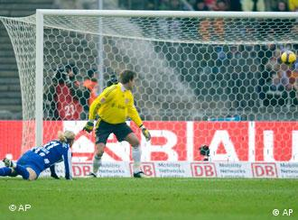 Berlin's Andrey Voronin scores the first goal against Munich's goalkeeper Michael Rensing