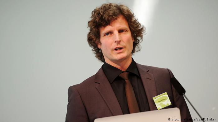 Der Dopingforscher Perikles Simon von der Universität Mainz steht an einem Rednerpult.