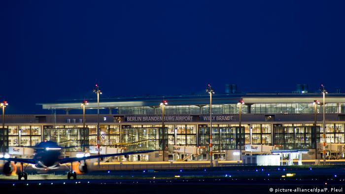Brandenburg - Flugzeuge landen wegen Bombenentschärfung am BER-Terminal