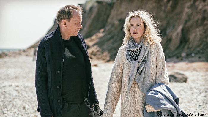 Ein Mann und eine Frau spazieren am Strand (picture-alliance/dpa/Wild Bunch)