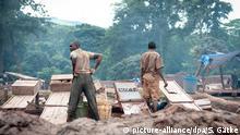 Männer arbeiten in Goldmine. - Hier in Mgusu, einer typischen Minenstadt, arbeiten ca. 4.000 Menschen in den Minen. Es ist ohrenbetäubend laut, heiß und Dämpfe nehmen die Luft zum Atmen. - In Tansanias Goldminen arbeiten ca. 60.000 Kinder. Sie sind großen körperlichen Gefahren ausgesetzt, durch einstürzende Schächte, das Einatmen von Gasen, den Kontakt mit Quecksilber. Die Kinder gehen nicht zur Schule, Mädchen werden gezwungen sich zu prostituieren. Es gibt strenge Gesetze gegen Kinderarbeit, jedoch kaum Unrechtsbewusstsein. Kinderarbeit ist hier alltäglich. Plan International hat bisher 4.000 Kinder aus den Minen befreit.   Verwendung weltweit
