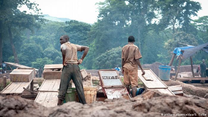 Männer in einer Goldmine in Mgusu, Tansania (Foto: picture-alliance/dpa/S. Gätke)