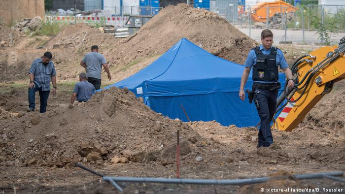 A bomb found in Frankfurt covered by a blue tent (picture-alliance/dpa/B. Roessler)