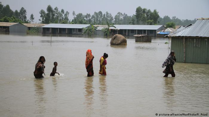 Bangladeshi flood victims moving to shelter center in Gaibandha, northern Bangladesh