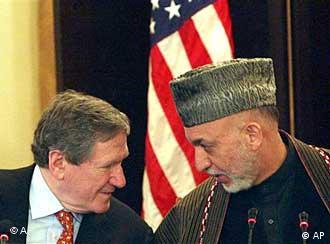 حامد کرزای در کنار ریچارد هولبروک فرستادهی ویژهی آمریکا