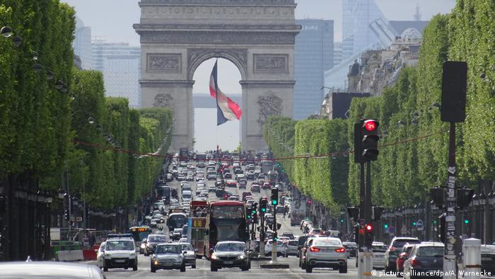 Paris, Frankreich - Champs-Elysees (picture-alliance/dpa/A. Warnecke)