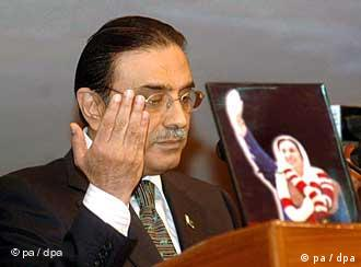 A handout picture released by Associated Press of Pakistan (APP) on 20 September 2008 shows widower of slain former Prime Minister Benazir Bhutto and newly elected Pakistan's President Asif Ali Zardari, as he speaks to the Parliamentarians in Islamabad Pakistan. Pakistan's new President Asif Ali Zardari said on September 20, his government would not allow any foreign nation to carry out attacks inside the country, a reference made to the recent US missile attacks in Pakistan's border areas near Afghanistan. Asif Ali Zardari was addressing the joint session of the parliament for the first time after taking oath of the office of the President. EPA/ASSOCIATED PRESS OF PAKISTAN HANDOUT EDITORIAL USE ONLY +++(c) dpa - Report++