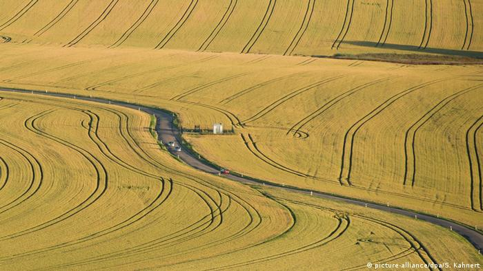 """Големите аграрни стопанства, които работят на индустриален принцип, получават средно по 267 евро субсидии на хектар. А все повече дребни фермери се отказват. Колкото по-голямо е едно аграрно стопанство, толкова повече субсидии получава - критикува новият Аграрен атлас, публикуван от екологичната организация BUND, близката до Зелените фондация """"Хайнрих Бьол"""" и вестник """"Le Monde diplomatique""""."""