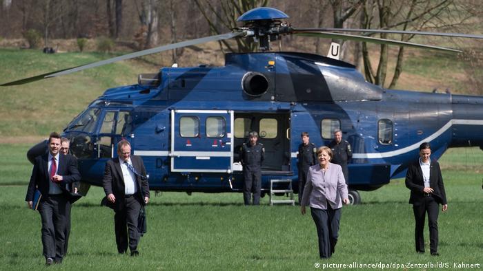 Deutschland | Bundeskanzlerin Angela Merkel mit Helikopter