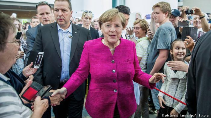 Tag der Offenen Tür der Bundesregierung Bundeskanzlerin Angela Merkel (picture-alliance/dpa/J. Büttner)