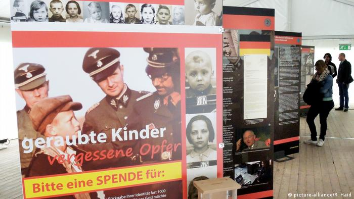 Wanderausstellung Geraubte Kinder (picture-alliance/R. Haid)