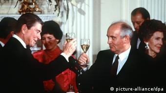 Президент США Рейган и генсек ЦК КПСС Горбачев отмечают подписание ДРСМД, декабрь 1987 года