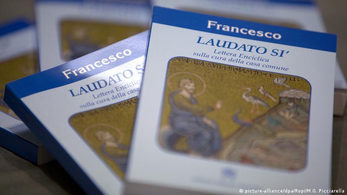 Exemplares da encíclica Laudato si', do papa Francisco