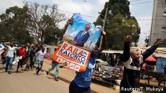 Kenia Unterstützer von Raila Odinga jubeln nach der Gerichtsentscheidung zu neuen Wahlen