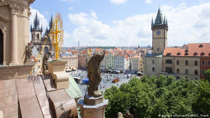 Tschechische Republik Prag Rathaus und Tyn Kirche am Altstädter Ring