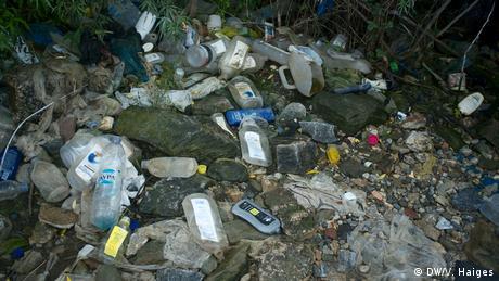 Άδεια σαμπουάν και μπουκάλια νερού πεταμένα δίπλα από το αυτοσχέδιο ντους έξω από τη Μόρια. Οι εγκαταστάσεις υγιεινής έχουν μειωθεί στο κέντρο φιλοξενίας και γι' αυτό πολλοί αναζητούν άλλα μέρη για την περιποίηση του σώματός τους. Αυτό κάνει τη ζωή στο κέντρο πιο δύσκολη.