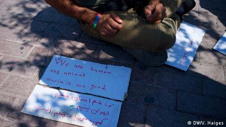 Ένας αιτών άσυλο από το Αφγανιστάν έφτιαξε ένα πλακάτ για τη διαδήλωση ενάντια στις άσχημες συνθήκες διαβίωσης στη Μόρια. Οι περισσότεροι από τους αφγανούς διαδηλωτές ζούνε εδώ και ένα χρόνο στη Λέσβο και περιμένουν ακόμα για την απόφαση για το άσυλο. Η έλλειψη ενημέρωσης, οι σκληρές συνθήκες διαβίωσης και ο φόβος για την επιστροφή στο Αφγανιστάν οδηγεί αρκετούς σε κατάσταση μονίμου φόβου.