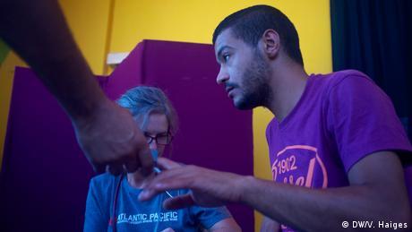 Οι εθελοντές κάλυψαν πολλά κενά στη Λέσβο, όπως στον τομέα της ιατρικής περίθαλψης που ήταν εντελώς ανεπαρκής. Η Γιούτα Μέιβαλντ, γερμανίδα γιατρός, ήρθε στο νησί για δύο εβδομάδες. Πολλά ιατρικά προβλήματα οφείλονται στις άσχημες συνθήκες διαβίωσης. Οι πρόσφυγες διαμαρτύρονται και τις περισσότερες φορές τους έχουν μόνο πρόσβαση σε απλά παυσίπονα.