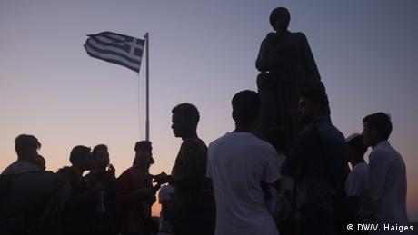 Από τις αρχές του 2015 οι αιτούντες άσυλο πρέπει να μείνουν στο νησί μέχρις ότου οι αιτήσεις τους να εξεταστούν από τις αρμόδιες αρχές. Μέχρι τώρα έχουν εξεταστεί ελάχιστες. Σύμφωνα με στοιχεία του ΟΗΕ πάνω από 14.000 πρόσφυγες ήρθαν φέτος στην Ελλάδα. Πέρυσι η Ελλάδα χορήγησε άσυλο σε 12.500 αιτούντες ενώ στη χώρα έφτασαν 173.000 μετανάστες.