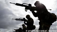 ARCHIV - Soldaten der Bundeswehr üben am 16.04.2015 im Rahmen ihrer Grundausbildung im Spezialpionierbataillon 164 in Husum (Schleswig-Holstein) mit dem G-36 Gewehr. Foto: Christian Charisius/dpa (zu dpa «Opposition will auch de Maizière zu G36-Affäre befragen» vom 22.04.2015) +++(c) dpa - Bildfunk+++   Verwendung weltweit