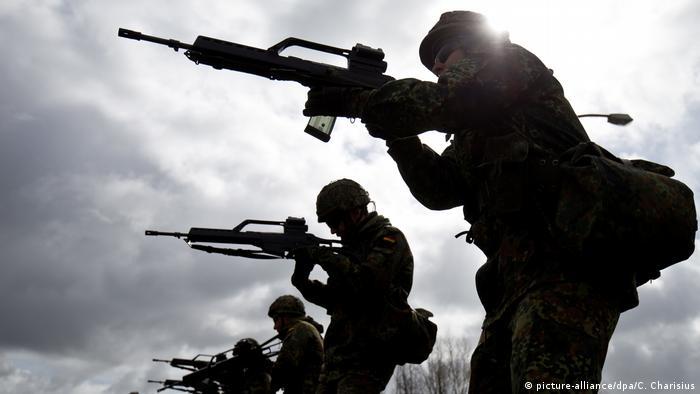 گ ۳۶ در سال ۲۰۱۲ برای مدتی به سر خط اخبار راه یافت، زیرا سربازان گزارش کرده بودند که این سلاح به هنگام تیراندازی ممتد داغ میکند و از دقت آن کاسته میشود. کمپانی هکلر و کخ سازنده سلاح موفق به رفع مشکل شد.