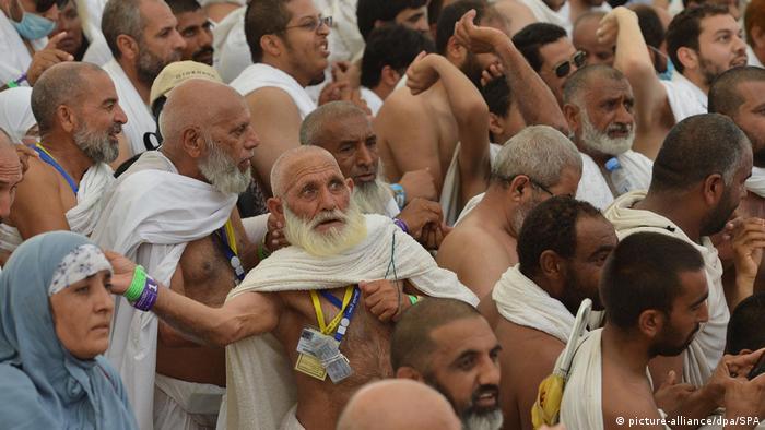 تمثل مناسك الحج في مكة والمدينة بالمملكة العربية السعودية أكبر تجمع بشري سنوي .الصورة من الارشيف لحيج يرمون الجمرات