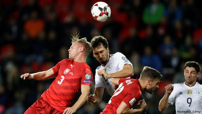Mats Hummels clears under pressure from Tomas Kalas (Reuters/D. Cerny)