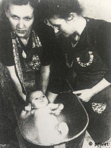 Zyta Sus as a baby with her Polish birth mother and German adoptive mother (privat)