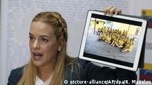 Lilian Tintori, Frau des venezolanischen Oppositionsführers Lopez, zeigt am 29.08.2017 auf einem Treffen mit Journalisten in Caracas (Venezuela)einBild inhaftierter Demonstranten. Ihr Mann wurde 2015 in einem umstrittenen Verfahren zu fast 14 Jahren Haft verurteilt. Bei den monatelangen Protesten sind über 100 Menschen ums Leben gekommen. Foto: Ricardo Mazalan/AP/dpa +++(c) dpa - Bildfunk+++ |