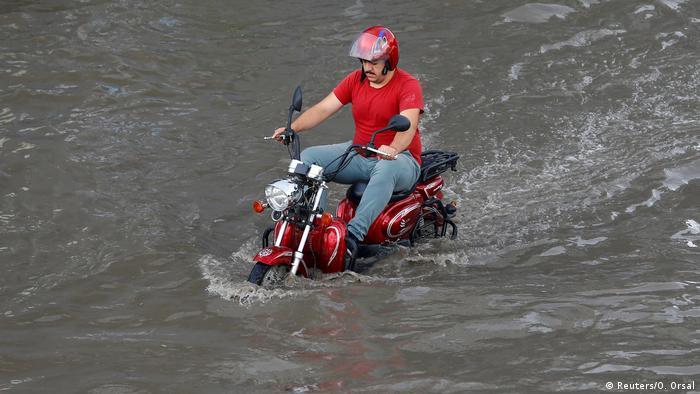 Symbolbild Türkei | Motorradfahrer in Istanbul (Reuters/O. Orsal)