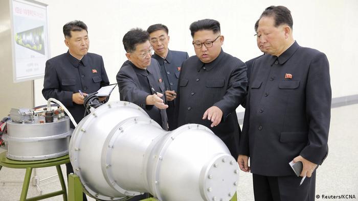 Agência estatal divulgou foto de Kim Jong-un (segundo a partir da dir.) supervisionando possível bomba de hidrogênio da Coreia do Norte