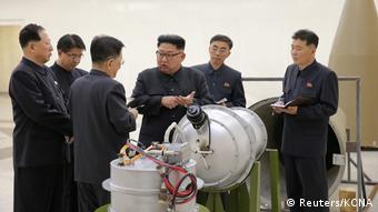 Nordkorea Kim Jong Un bei Besuch einer Fabrik für Nuklearwaffen (Reuters/KCNA)