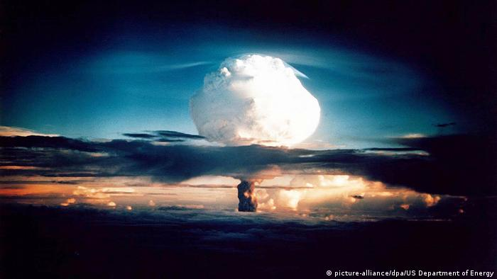 En la imagen vemos a Ivy Mike, explotada en Nuevo México el 1° de noviembre de 1952. La bomba termonuclear es varias veces más poderosa que las bombas nucleares de Hiroshima y Nagasaki. La bomba de hidrógeno (Bomba H), pero también llamada térmica de fusión se basa en la obtención de la energía desprendida al fusionarse dos núcleos atómicos, en lugar de la fisión de los mismos.