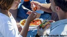 Eine Frau und ein Mann essen Fast Food