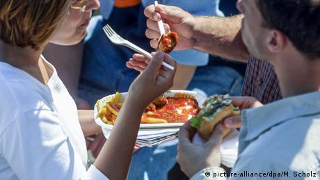 Homem e mulher comem batata frita