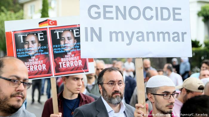 Protesters hold up placards, including one that reads Genocide in Myanmar (picture-alliance/Anadolu Agency/C. Karadag)