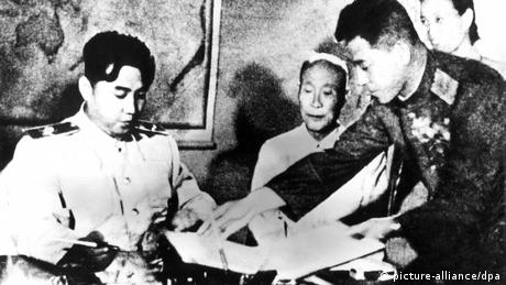 Kim Il Sung signing truce with South Korea (picture-alliance/dpa)