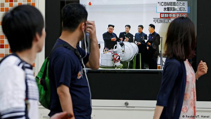 Fußgänger in Tokio schauen einen Bericht über den erfolgreichen Wasserstoffbombentest in Nordkorea (Reuters/T. Hanai)