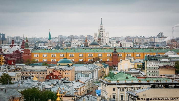 Крыши домов на Большой Никитской улице в Москве