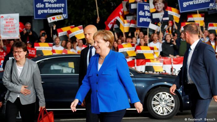 Deutschland Merkel und Schulz zum TV-Duell eingetroffen (Reuters/F. Bensch)
