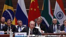 04.09.2017*****Der russische Präsident Wladimir Putin verfolgt am 04.09.2017 in Xiamen (China) die Plenarsitzung beim Gipfel der BRICS-Staaten. Die Staats- und Regierungschefs der Brics-Staaten Brasilien, Russland, Indien, China und Südafrika haben sich am Montag in der südostchinesischen Hafenstadt ihre Beratungen aufgenommen. Der Gipfel ist überschattet von den neuen Atomtest Nordkoreas. Russlands Präsident hatte am Vorabend dazu aufgerufen, «angemessen» mit der Herausforderung durch Pjöngjang umzugehen. Foto: Tyrone Siu/POOL Reuters/dpa +++(c) dpa - Bildfunk+++  