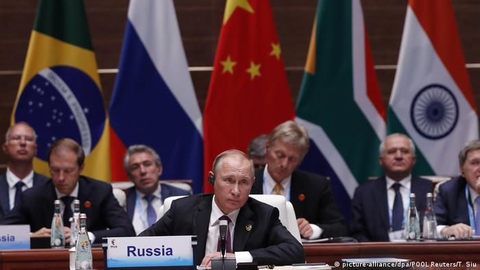 BRICS Gipfel Putin bei der Plenarsitzung (picture-alliance/dpa/POOL Reuters/T. Siu)