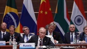 BRICS Gipfel Putin bei der Plenarsitzung (picture-alliance/dpa/POOL Reuters/T. Siu)