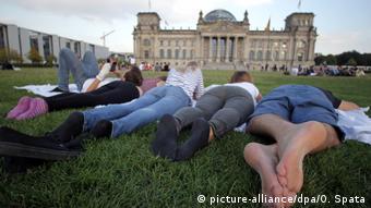 Junge Leute vor dem Reichstag in Berlin