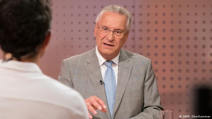 O candidato da CSU, Joachim Herrmann, em entrevista à DW
